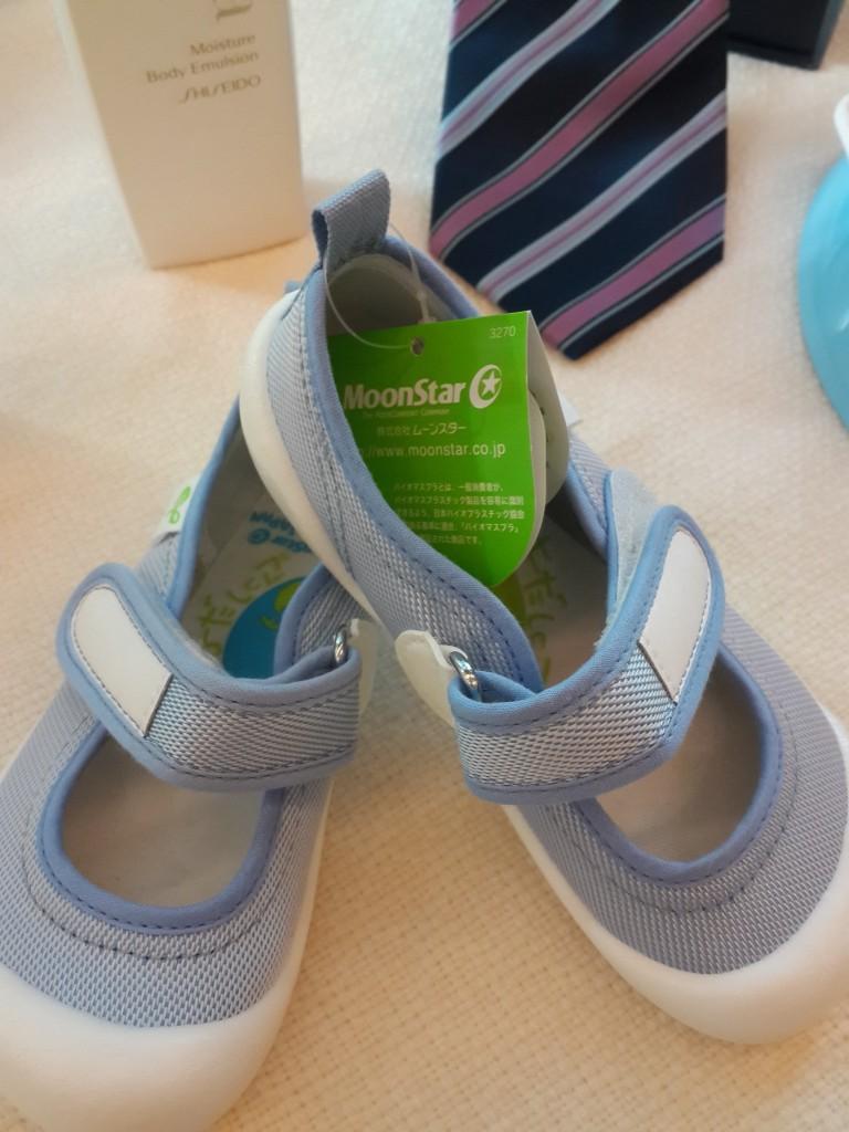 รองเท้าเด็กคู่นี้ถักทอด้วย เส้นใย PLA รวมถึงเนคไทที่อยู่ด้านหลัง