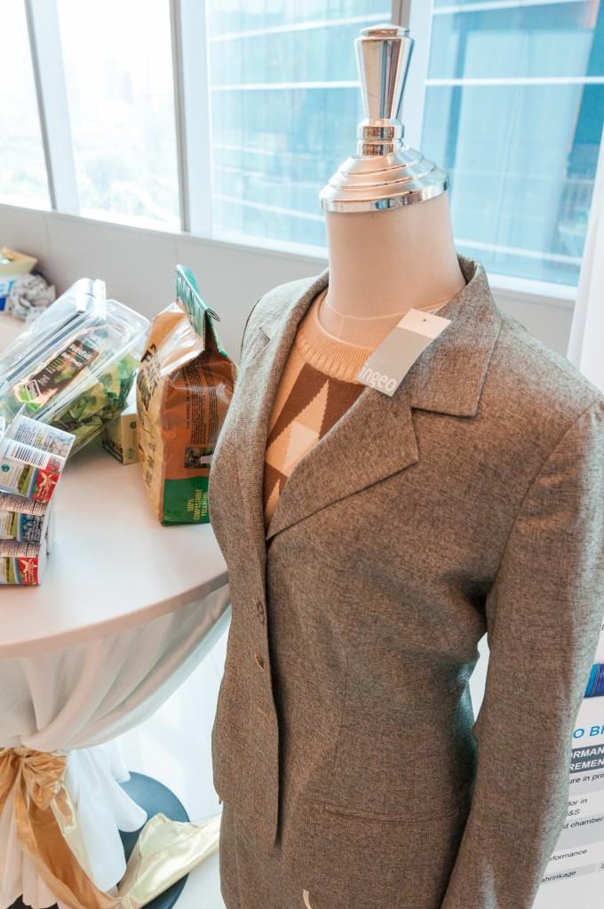 เสื้อตัวนี้ผลิตจากเส้นใย PLA รวมถึงพรมปูโต๊ะ ให้สัมผัสคล้ายๆผ้าฝ้าย