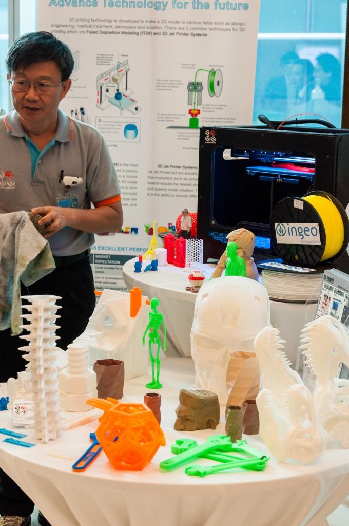 วัตถุที่พิมพ์จากเครื่อง 3D Printer ที่โชว์ในงานล้วนเป็นเส้นพลาสติก PLA