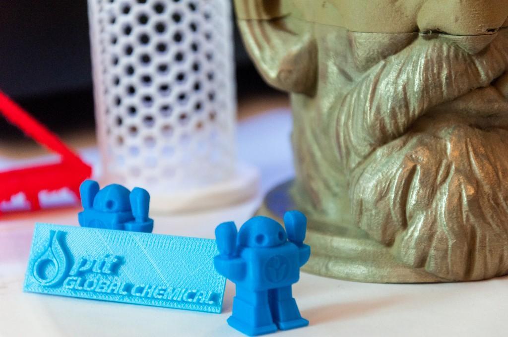 พลาสติก PLA สามารถเต็มผงวัสดุอย่างอื่นไปผสม ตัวอย่างด้านหลังเป็นพลาสติก PLA ผสมผงทองเหลือง