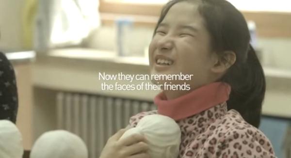 """หนังสือรุ่นสามมิติเพื่อคนตาบอดช่วยให้เขา """"เห็น"""" หน้าตาของเพื่อนรักได้"""